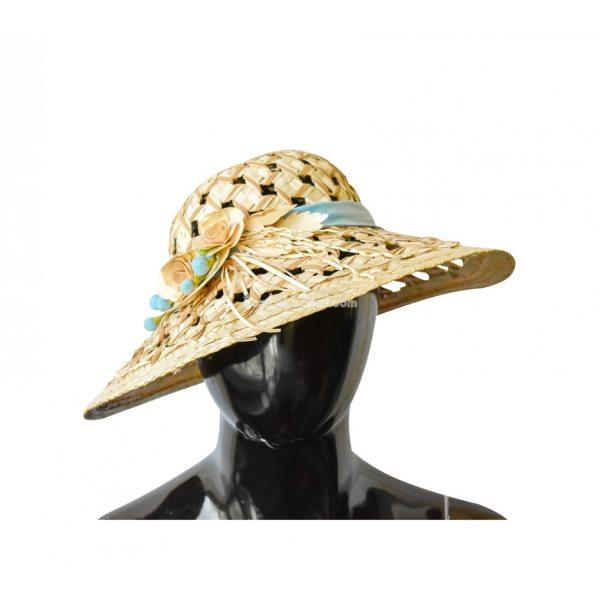 Соломенная шляпа с голубой лентой